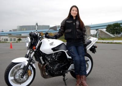意外!?金メダリスト荒川静香さんが大型バイクに乗っている!のサムネイル画像