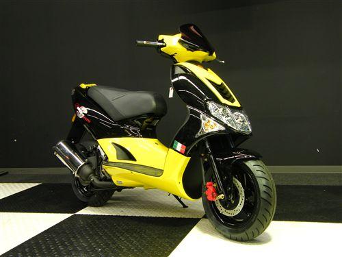 台湾生まれのハイパフォーマンススクーター キムコ スーパー9Sのサムネイル画像