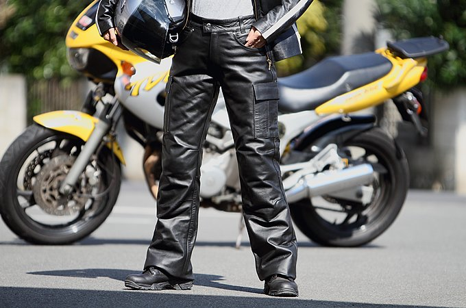 なぜなんでしょう?バイクにはレザーパンツ!おすすめ商品もご紹介!のサムネイル画像