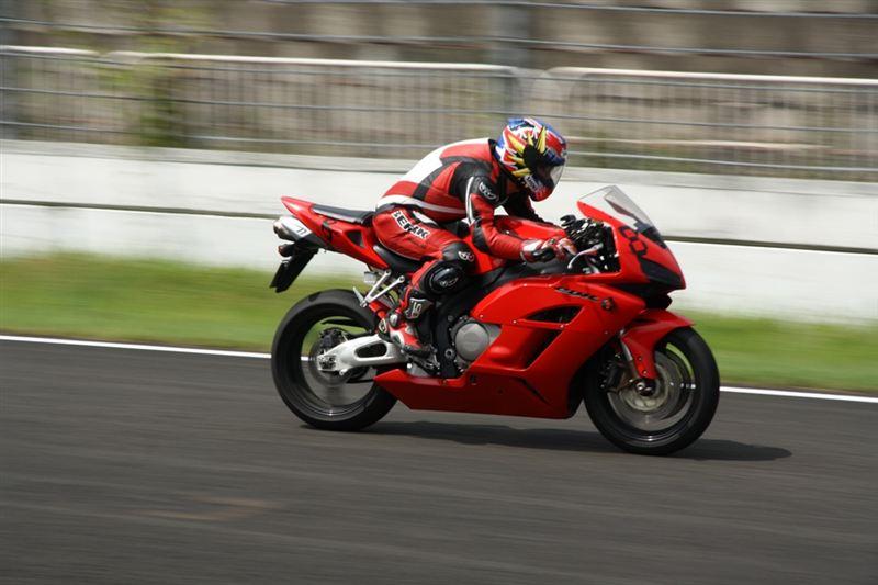本気でバイクでサーキットを走ります!レーシングスーツはありますかのサムネイル画像