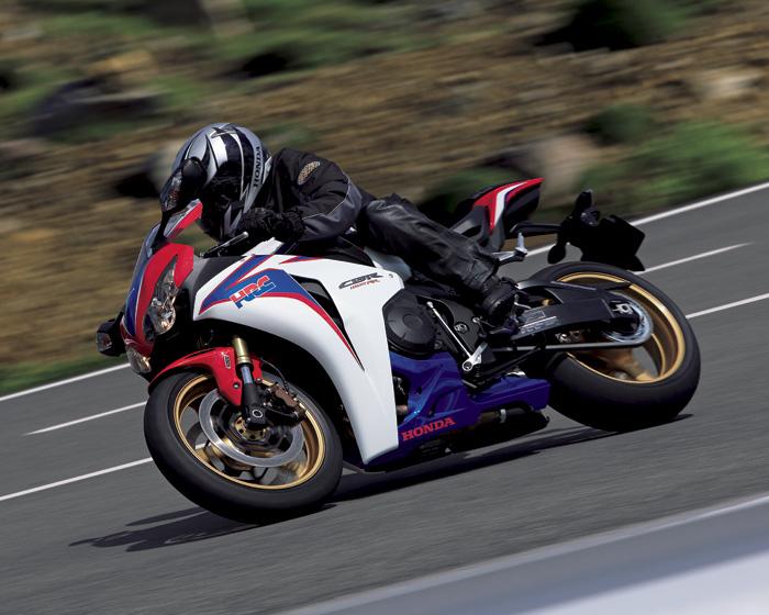 スーパースポーツCBR1000RRで爽快感溢れるツーリングを楽しもう!のサムネイル画像