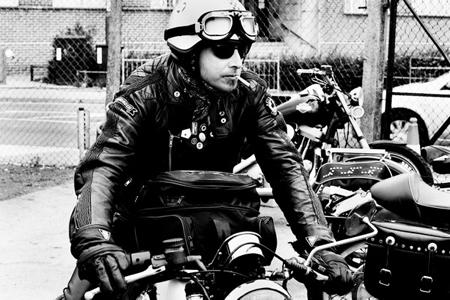 昔からバイクに革ジャンスタイルは基本!!ロックにキメようぜ!!のサムネイル画像
