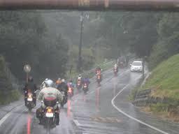 雨が降ってきた!バイク用の雨具ってどんなものを用意すればいの?のサムネイル画像