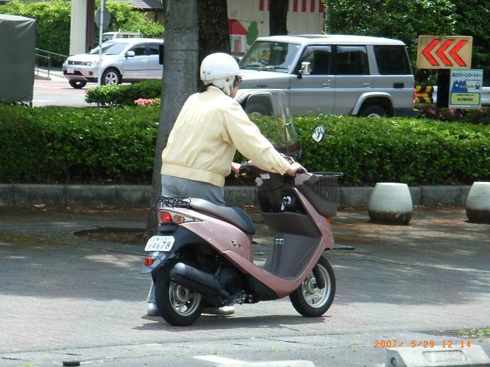 バッテリー上がりを未然に防ぐ原付スクーターのバッテリー充電方法のサムネイル画像